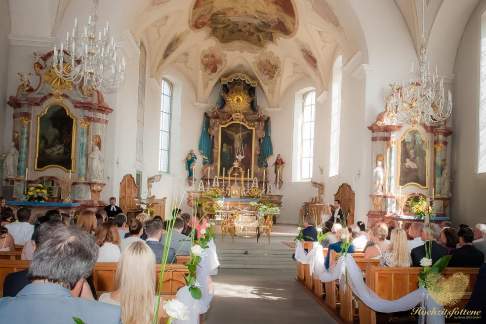 Prachtvolle Kirche während der Trauung